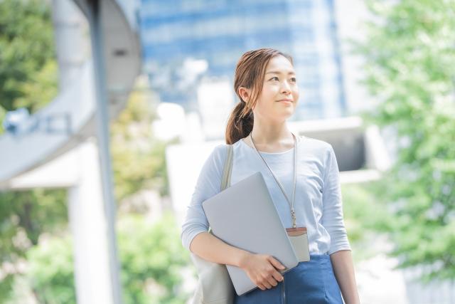 4029280_s 信用金庫を退職して地方公務員になった女性の収入と仕事内容