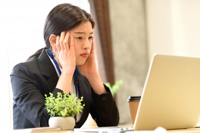 3080561_s 高卒で勤めた地方銀行から公務員に転職した20代女性の成功事例を紹介
